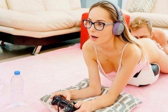 Блондинка геймерша не может отвлечься от игры даже во время секса
