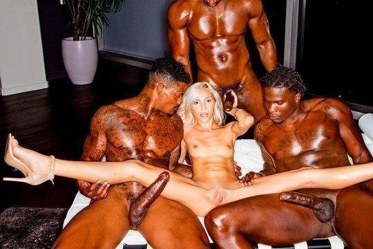 Развратная блондинка пускает в пизду, рот и жопу большие члены трех негров