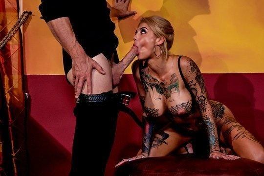 Блондинка в татуировках бурно кончает сквиртом от большого члена лысого из Браззерс