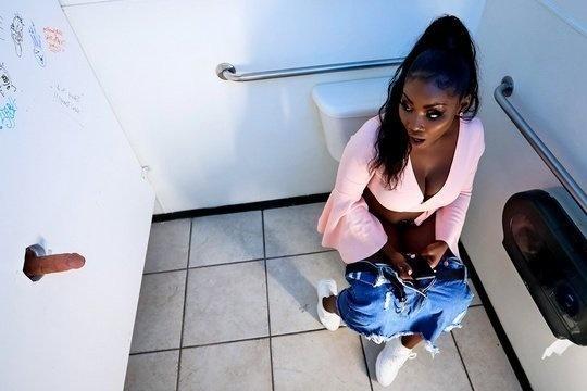 Чернокожая сучка отсосала член из дырки в туалете а затем трахнулась