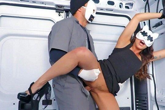 Похититель жестко выебал красотку Christiana Cinn в анальную дырку в фургоне