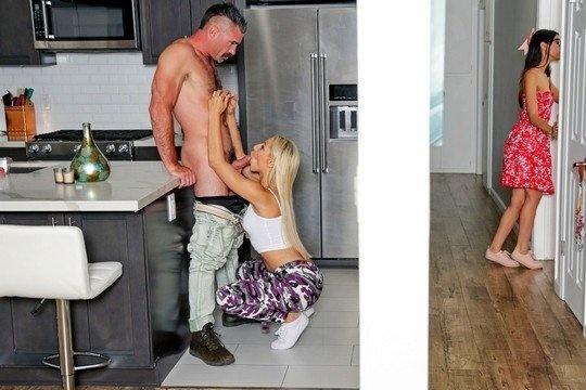 Похотливая блондинка в майке трахается с отцом своей подруги