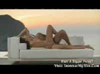 Секс на диване с видом на злив