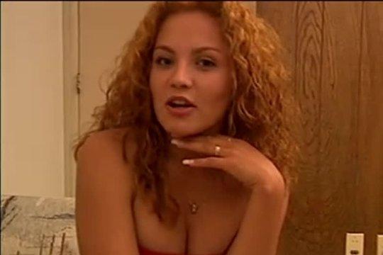 Искусная рыжая даму в сексуальных чулочках