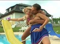 Пригласил девчушку покупаться у себя в бассейне