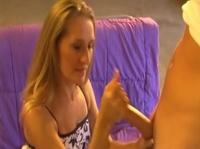 Молли аккуратненько надрачивает хуй своему партнёру по сексу