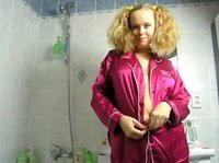 Под розовым халатиком она скрывает прелестные прелести