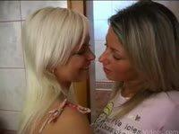 Девушки повстречались в ванной
