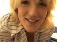 Неопытной блонде захотелось сделать собственное эротическое шоу