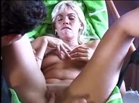 Помогает блондинке дрочить свою вагину