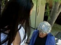 Кавалер той брюнетки одел на голову бабушки парик