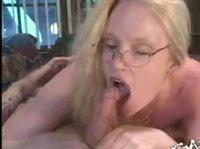 Блонда в очках оказывает очень хорошо сосёт