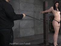 Легкая порка привлекательной рабыни