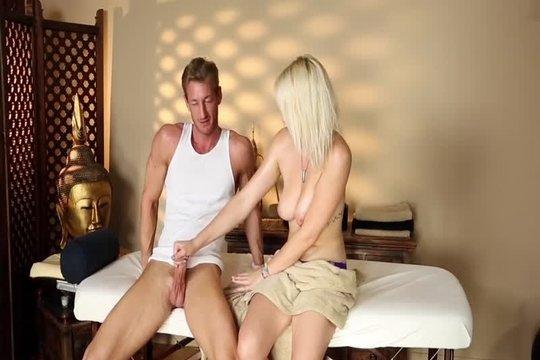 Похотливый массажист тайно снимает еблю с глупенькой клиенткой