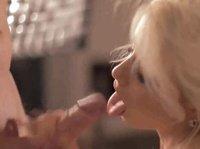 Блондиночка пытается проглотить член