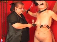 Семейка извращенцев играются с рабыней