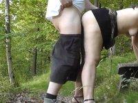 Писающая дамочка наслаждается ботом супруга посреди парка