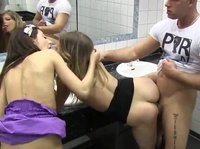 Групповой секс в туалете ночного клуба