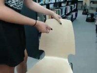 Ласкает свою киску на стуле