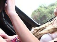 Деваха ласкает себя в машине