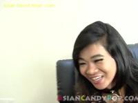 Красивая азиатка сладко стонет