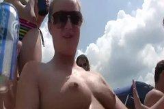 Пьяные туристки сверкают буферами на пляже