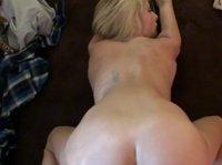 Ловелас ебет безотказную блондинку на полу