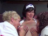 Женщины в возрасте шалят язычками