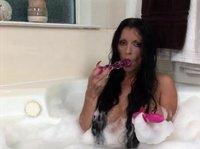 Длинноволосая самка с сочными сиськами расслабляется в ванне дрочкой