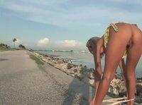Стройная красотка разделась посреди пляжа