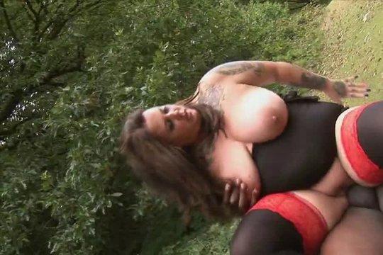 Сочная развратница пошла на поиски ебаря в парк и трахается с ниггером на земле