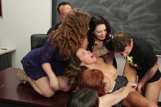 Преподавательница устроила оргию во время пары