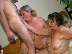 Мужик ебет зрелую толстуху и ее помощницу