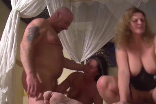 Мужики ебут двух проституток на просторной кровати