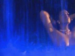 Обнаженная красотка развлекается в бассейне