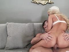 Качок засаживает сексуальной блондинке