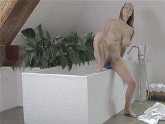 Шикарная сучка с огромными дойками балуется в ванной с фаллосом
