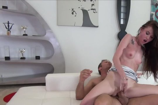 Клиент жестко трахает молодую проститутку