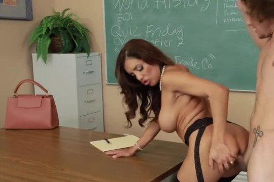 Горячая преподша помогает студенту заработать зачет с помощью ебли на столе