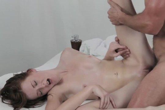 Страстный массажист ублажил клиентку пальцами и языком и выебал молодую сучку