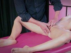 Молодая девица в маске наслаждается мастурбацией от профессионала