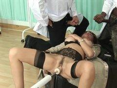 Два доктора трахают в рот зрелую пациентку