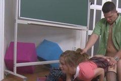 Жесткий преподаватель грубо наказывает глупую студентку за нежелание учиться