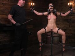 Опытный господин заставляет рабыню кончить от порки