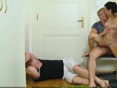 Обиженная супруга устраивает изменщику куколд с другом