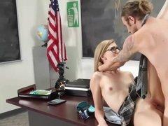Безответственный преподаватель трахает свою студентку на столе