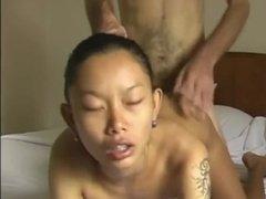 Худенькая азиатка с маленькими сиськами нагнулась раком перед самцом в отеле