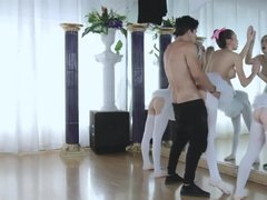 Три балерины совратили своего тренера