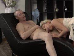 Блондинка отсасывает хер своему отцу