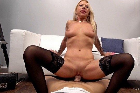 Зрелая блондинка трахается в жопу через презерватив на кастинге